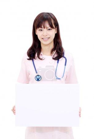 年轻的亚洲女性护士